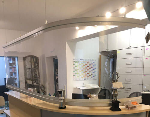Hängendes Acrylglas – Praxis Velthaus – Corona-Prävention