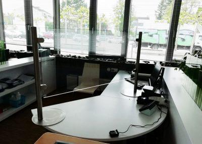stehendes Acrylglas auf Schreibtisch - Corona-Prävention